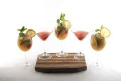 Cocktail e bevande colorati differenti fotografia stock