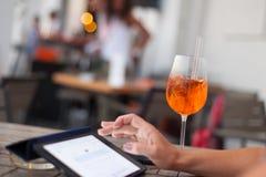 Cocktail e compressa in caffetteria immagini stock libere da diritti