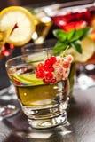 Cocktail e longdrinks del partito per estate fotografia stock libera da diritti