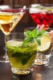 Cocktail e longdrinks del partito per estate fotografia stock