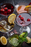 Cocktail e longdrinks del partito per estate fotografie stock libere da diritti