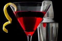 Cocktail ed agitatore cosmopoliti su fondo nero Fotografia Stock