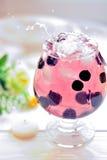 Cocktail in een glas met bessen en waterplonsen Stock Foto's