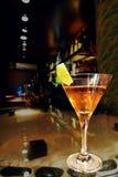 Cocktail an einer Bar Lizenzfreie Stockfotos