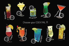 Cocktail eingestellt mit Preis auf Kreidebrett Schablonencocktailmenü Stockbild