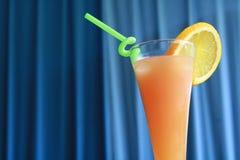 Cocktail em um fundo azul Imagens de Stock