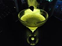 Cocktail em um telhado com luz verde atrás imagem de stock