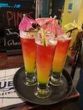 Cocktail em uma barra foto de stock royalty free