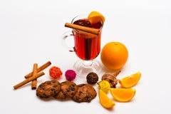 Cocktail en barconcept Drank of drank met sinaasappel en kaneel Glas met overwogen wijn of hete cider dichtbij sinaasappel Stock Foto's