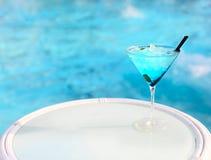 Cocktail esotico sulla tavola bianca Fotografia Stock