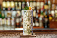 Cocktail esotico in un vetro di tiki fotografia stock