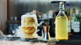 Cocktail espetacular de Tiki com vapor Fotos de Stock Royalty Free