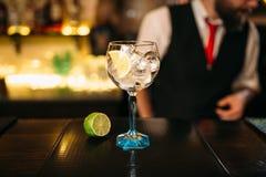 Cocktail et chaux alcooliques sur le compteur en bois Image libre de droits
