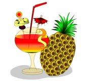 Cocktail et fruits d'Alkagolinyy dans le gobelet Image libre de droits