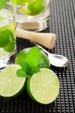 Cocktail et ingrédients de Mojito Photos stock