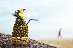 Cocktail exotique dans un ananas sur une plage Images libres de droits