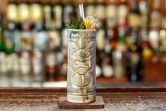 Cocktail exotique dans un verre de tiki photographie stock