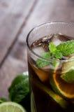Cocktail fait frais (Cuba Libre) Photographie stock libre de droits