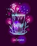 Cocktail fait main des amours en verre avec des coeurs et des fleurs Photographie stock