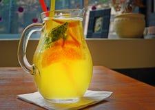 Cocktail fait maison de limonade citron orange en bon état de chaux Image libre de droits