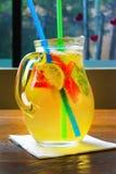 Cocktail fait maison de limonade fraise en bon état de chaux Images libres de droits