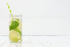 Cocktail fait maison régénérateur de chaux et de menthe au-dessus de table en bois de vieux vintage Le fruit de Detox a infusé l' Images libres de droits