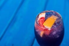 Cocktail foncé de restaurant avec le pamplemousse Images stock