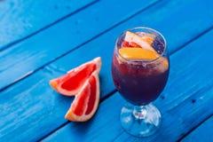 Cocktail foncé de restaurant avec le pamplemousse Photographie stock
