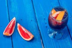 Cocktail foncé de restaurant avec le pamplemousse Image libre de droits