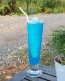 Cocktail frais avec le bleu placé sur une table en bois Photo stock