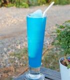 Cocktail frais avec le bleu placé sur une table en bois Photos libres de droits