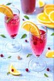 Cocktail frais d'été avec la groseille orange et rouge, feuille en bon état image libre de droits