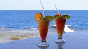 Cocktail frais exotique sur le compteur de barre sur le fond de la Mer Rouge banque de vidéos