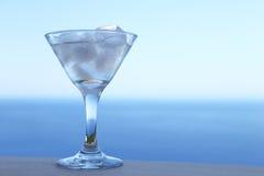 Cocktail freddo con i cubetti di ghiaccio Fotografie Stock Libere da Diritti