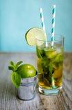 Cocktail freddo del tè con ghiaccio e paglia a bordo Fotografie Stock