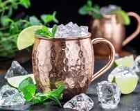 Cocktail freddo ghiacciato dei muli di Mosca nella tazza del bottaio Primo piano fotografia stock