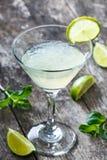 Cocktail fresco com hortelã e cal no vidro no fundo de madeira Bebidas do verão e cocktail alcoólicos Foto de Stock Royalty Free