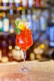 Cocktail fresco com laranja e gelo Alcoólico, bebida-bebida no contador da barra no clube noturno foto de stock