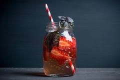 Cocktail fresco con la fragola e basilico in vetro Fotografia Stock