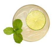 Cocktail fresco da bebida com opinião superior da hortelã e do cal isolado no whi fotografia de stock royalty free