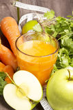 Cocktail fresco da desintoxicação: suco da cenoura, da maçã e da pera com ervas Imagem de Stock Royalty Free