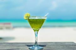 Cocktail fresco de Margarita em uma tabela da praia Fotos de Stock Royalty Free