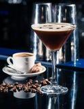 Cocktail fresco del caffè con i chicchi ed il caffè espresso di caffè alla barra immagini stock