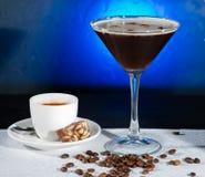 Cocktail fresco del caffè con i chicchi ed il caffè espresso di caffè sul BAC blu fotografia stock libera da diritti