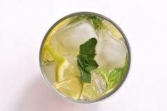 Cocktail fresco e freddo di mahito su una vista superiore del fondo bianco Immagini Stock