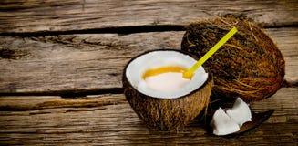 Cocktail fresco no copo do coco Imagens de Stock