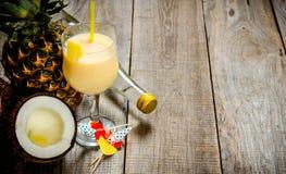 Cocktail fresco no vidro, no rum, no coco e no abacaxi em uma tabela de madeira Espaço livre para o texto Imagem de Stock Royalty Free