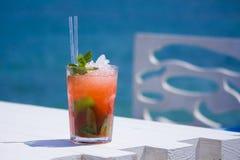 Cocktail fresco sulla spiaggia soleggiata Fotografia Stock