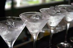 Cocktail frescos alinhados fotografia de stock royalty free