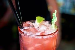 Cocktail frio com cal em um close-up escuro do fundo fotos de stock royalty free